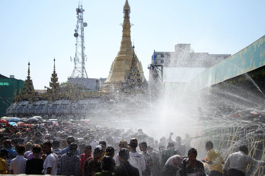 Keseruan Perayaan Thingyan atau Water Festival di Sule Pagoda Yangon
