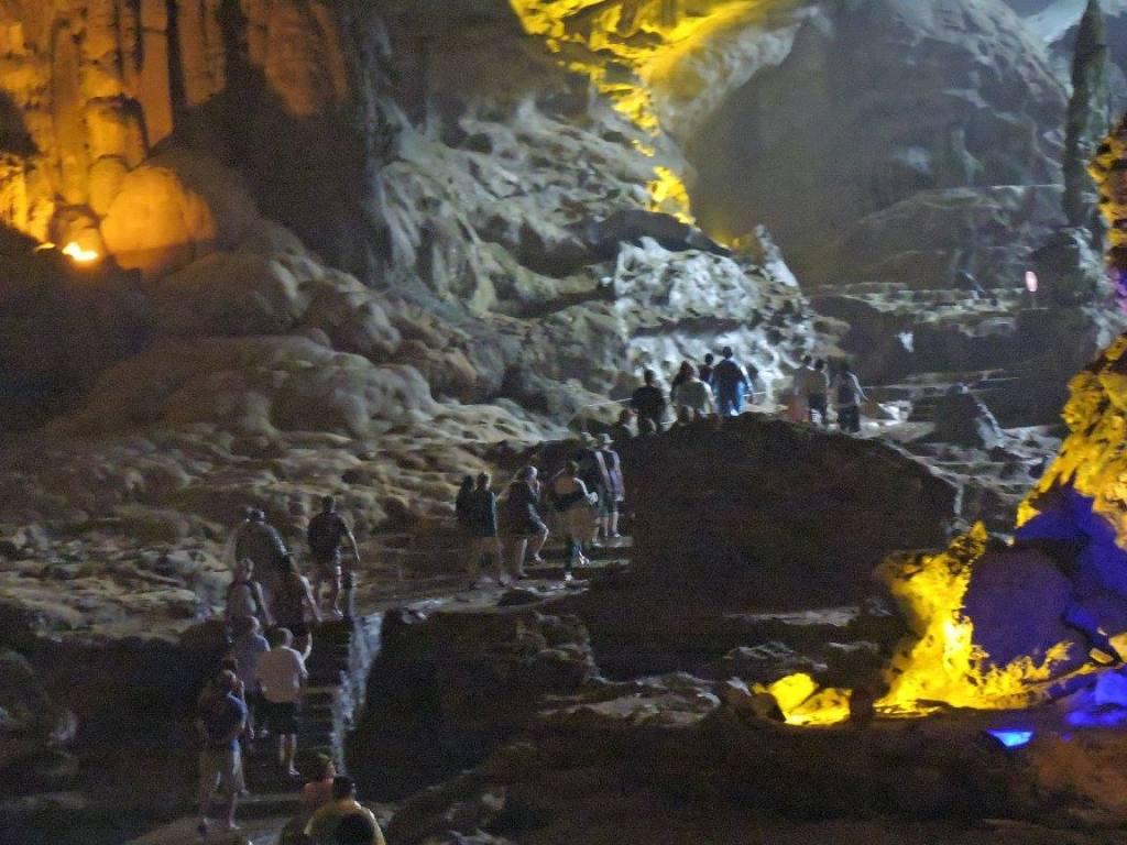 Pemandangan dalam Sung Sot Cave yang diterangi dengan lampu lampu