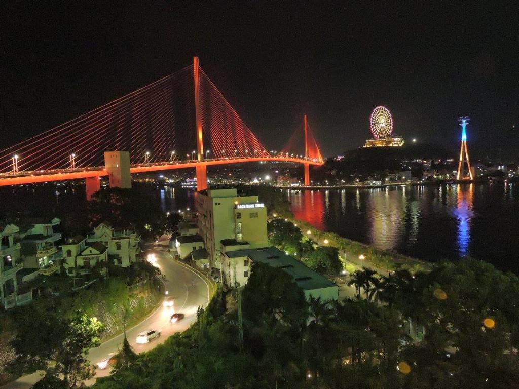Pemandangan Bai Chay Bridge Ha Long City di waktu malam.