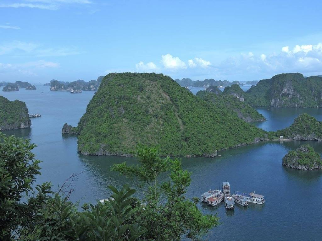 Ha Long Bay maha karya alam yang mengagumkan dan spekatkuler.