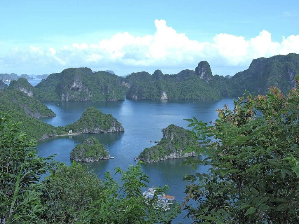 Ha Long Bay tak terlukiskan dengan kata kata keajaiban keindahanmu