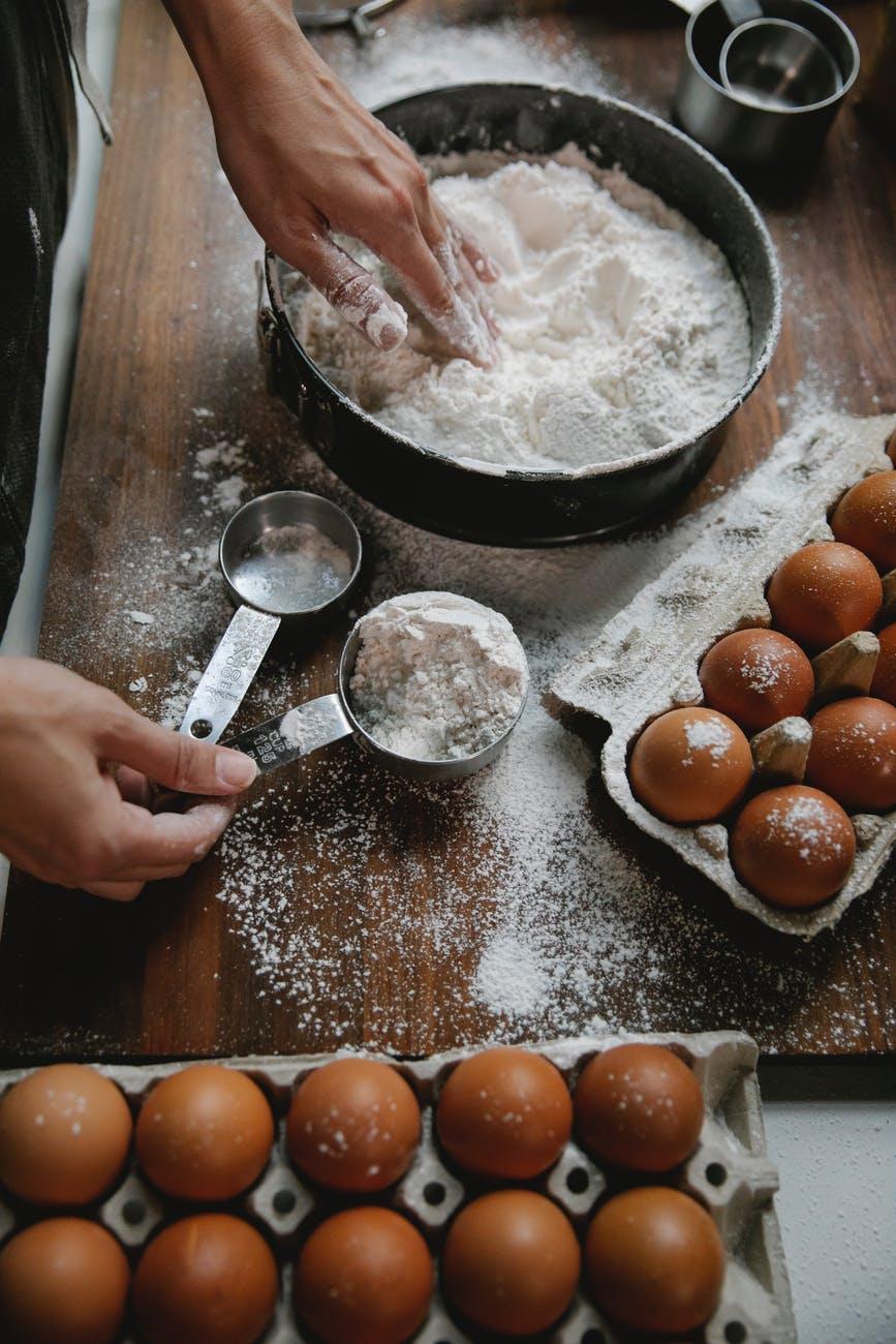Cara mudah dan praktis membuat pancake dengan bahan sederhana.